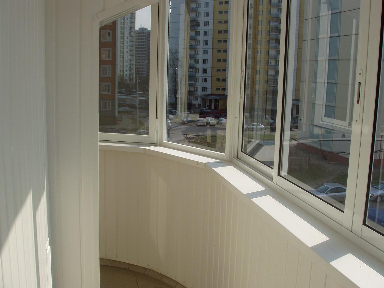 Показать процесс холодного остекления балкона в брежневке..